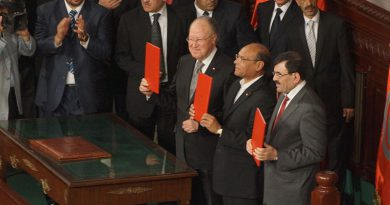Tunisia's leaders sign the new constitution in 2014